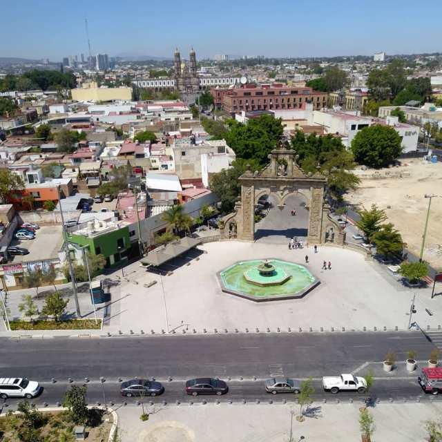 Centro de Zapopán, los arcos y la Basílica a lo lejos