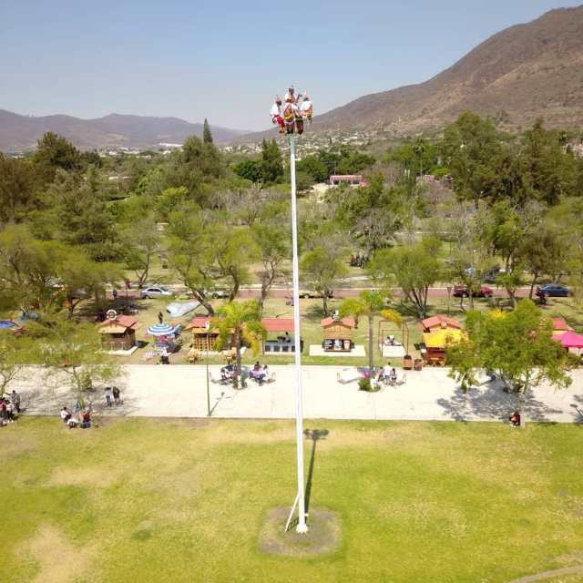 Vista aérea del malecón de Jocotepec en la cual se pueden ver a los voladores de Papantla preparandose para su iniciar su danza
