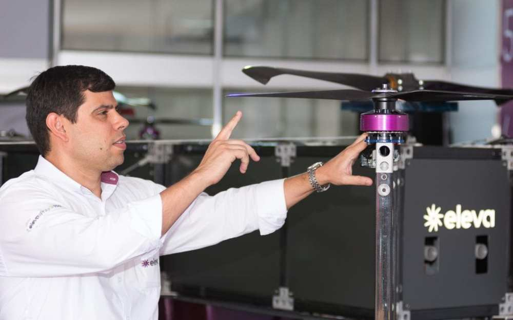 The director of Eleva, Luciano Castro, presents superdrone for crops at Agrishow 2018 (Photo: Érico Andrade / G1)