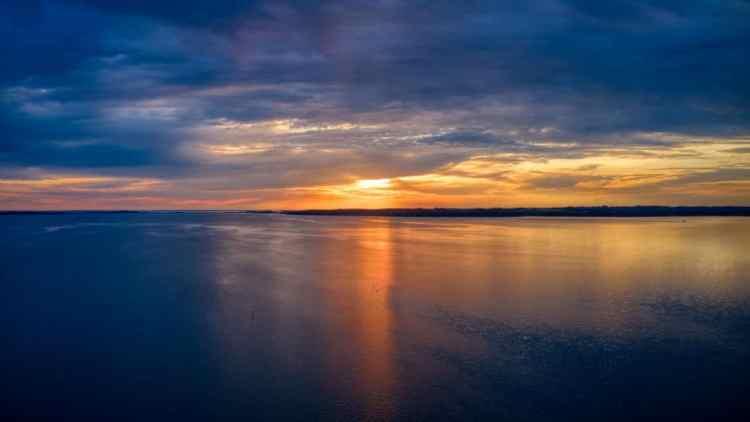 Dronefoto af solnedgang ved faldsled