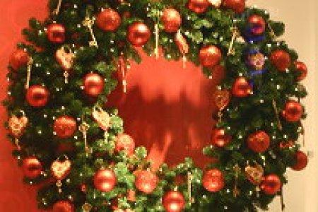 https://i1.wp.com/droomhome.nl/images/stories2/droomhome_kerstkrans_maken_rood_goud_marlies_dekkers_bijenkorf.jpg?resize=450,300