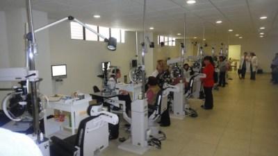 Consulta general del Hospital Luis Sanchez Bulnes donde vemos columnas con brazos articulados para aparatos y pantallas LED para optotipos