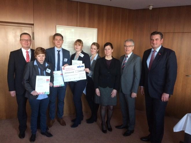 Das Gewinnerteam des Marketing-Preises und die Jury des Projektes 5 Euro Start Up