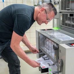 Vakmensen werken aan drukwerk