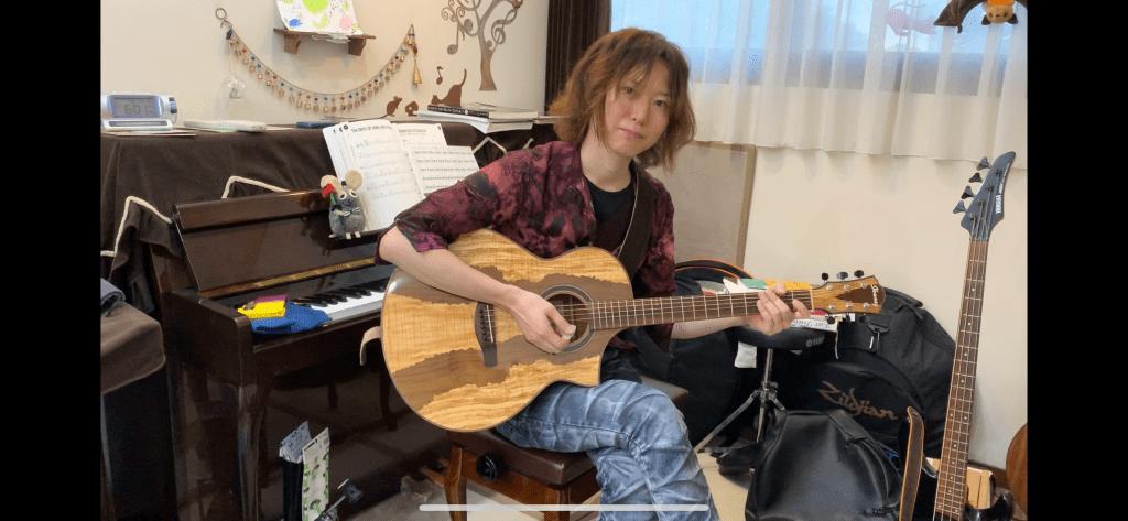 ドラム教室ですがギターも教えています。