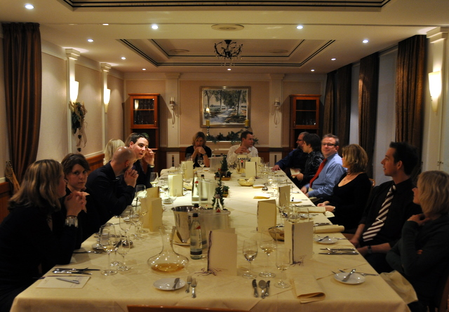 Gruppe ät Tisch