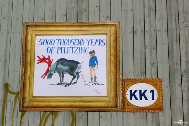 Плакат на стене дома, рассказывающий об обработке железной руды