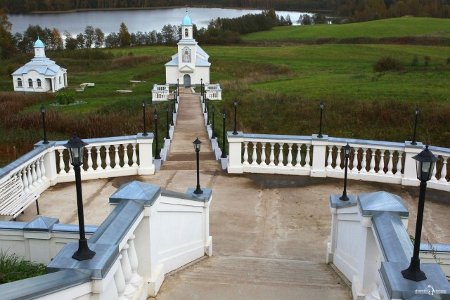 Часовня Живоначальной Троицы и монастырская купальня