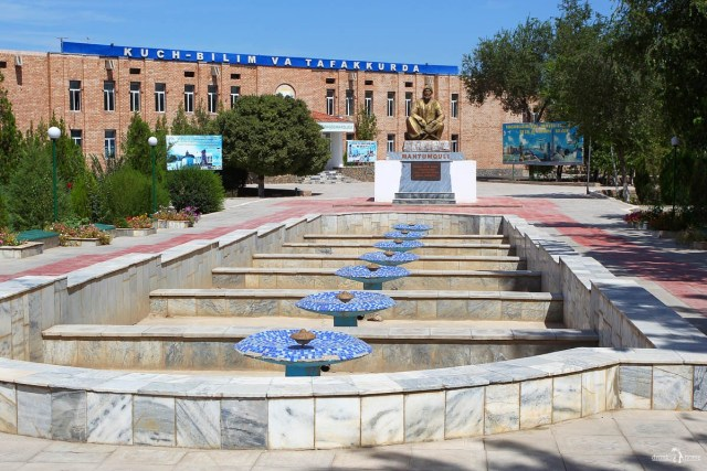 Поэт Туркмении Махтумкули Фраги. Памятник поэту. Узбекистан. Хива