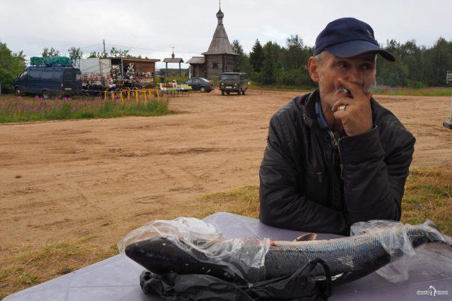 Селянин с рыбиной
