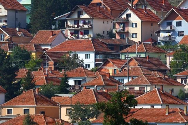 Черепичные крыши малоэтажной застройки в Рашке