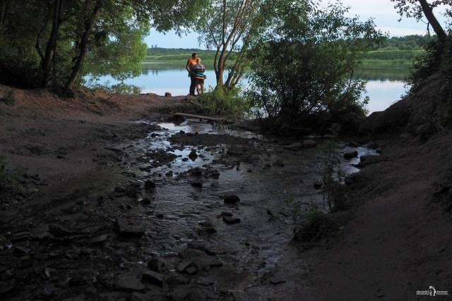 Туристы на месте впадения ручья от водопада в реку Волхов