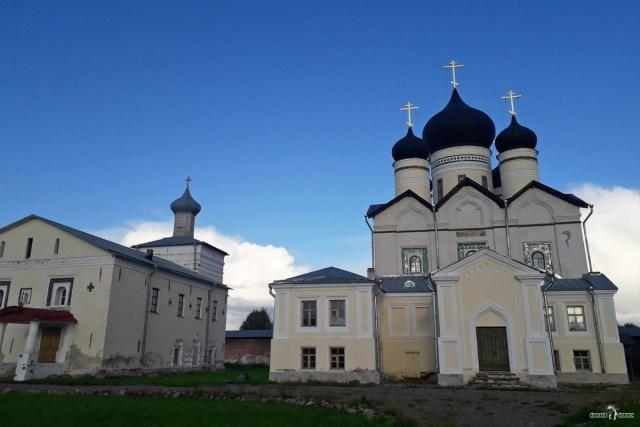 Зеленецкий монастырь. Троицкий собор (справа)