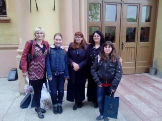 Награђене смедеревске ученице осмог разреда са председницом Друштва и наставницама