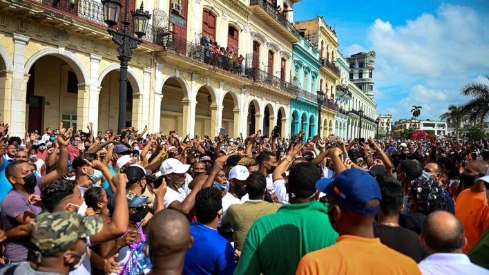 Miles de personas se manifestaron en toda la isla y en muchos casos se encontraron con simpatizantes de la dictadura, enviados para romper con las protestas