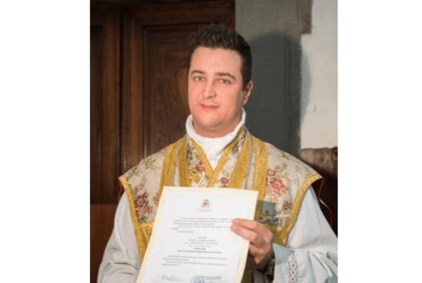 Acusan a sacerdote de gastar dinero de la Iglesia en drogas y fiestas  sexuales