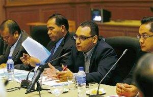 Dr Muhammad Mustaqim (tiga dari kiri) bersama ahli panel lain ketika membentangkan kertas kerja pada Persidangan Meja Bulat Paradigma Pemakanan Menurut Sunah dan Sains anjuran IKIM di Kuala Lumpur 08 Oct 2013