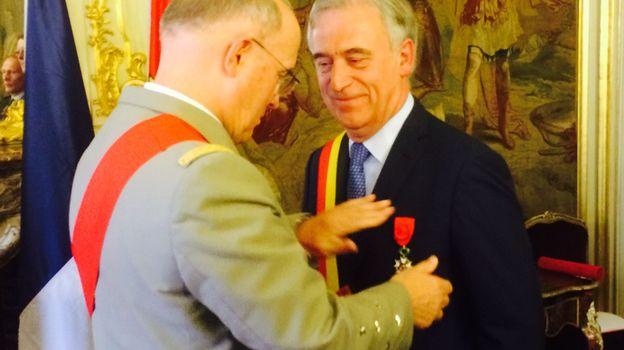 L'émotion est perceptible sur le visage du Gouverneur de la Province de Liège, Michel Foret. Il reçoit la Croix d'officier de la Légion d'honneur des mains du Grand chancelier Jean-Louis Georgelin. (Photo RTBF - Marc Mélon)