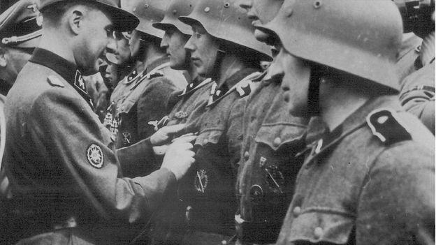 Léon Degrelle décorant des membres de la Légion Wallonie.
