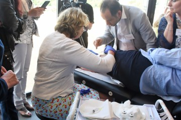 Claire Judge demonstrates microsclerotherapy at BAS conference