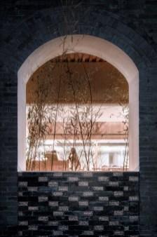 040细节:透光砖与灰砖的结合。