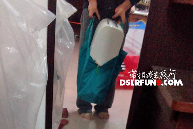把整台裝滿水的除濕機裝進去測試,13公斤也能輕鬆應付