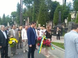 Покладання квітів до могили Івана Франка (Личаківське кладовище, Львів)