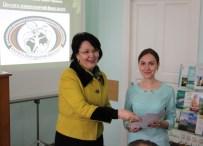 Ректор професор Надія Скотна вручає диплом учасника Всеукраїнської студентської олімпіади зі спеціальності Хореографія студентці Ірині Фітель