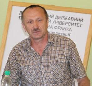 Слово до слухачів курсів виголошує Ярослав Янушевич
