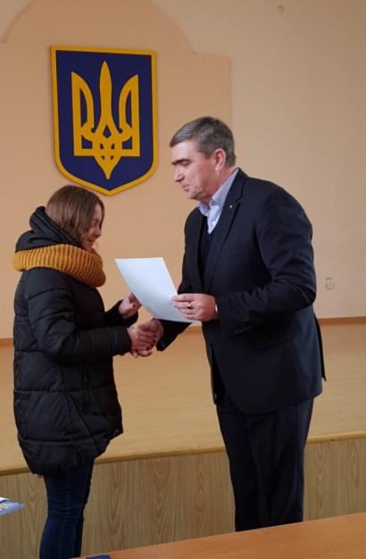 Грамоти переможцям вручає професор Леонід Оршанський