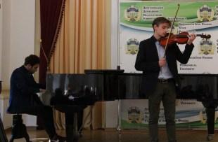 «Осінню пісню» виконують Євген Сов'як та Ігор Лішкович