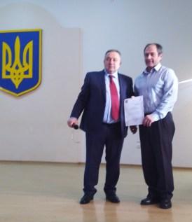 Нагороджуєтся Роман Кушнiр (справа)