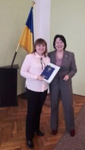 Ректор Надія Скотна зі студенткою спецiальностi «Бiологiя» Оксаною Шимкiв