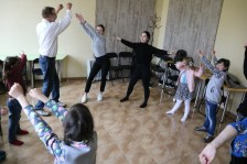 Заняття з музико-терапії проводять студентки спец. «Соціальна педагогіка» Анастасія Білан і Юлія Дзивінська (Україна)