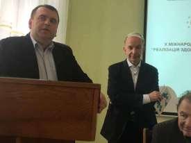 Сертифікати учасникам конференції вручають проректор Юрій Вовк та Патрік Марсель Беллінк (Бельгія)