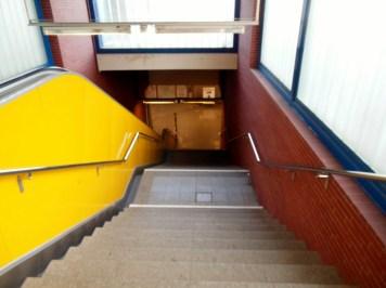 Ein Blick vom Bahnsteig i.R. City nach unten.