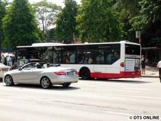 Ein wenig später unten: Der erste Ersatzbus (2244) ist voll. Und natürlich sind nicht alle Fahrgäste drin.