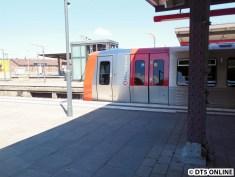 Mit der nächsten Bahn ging es hinterher: DT5 320-3 steht in Barmbek.