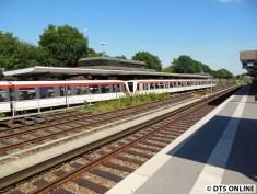 Aber dieser Zug nach Norderstedt muss noch vorher durchgelassen werden (DT4 183/134)