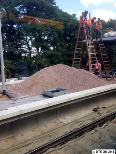 """Aus dem Zug: Ein Sandhaufen """"auf"""" dem noch zu errichtendem Bahnsteig"""