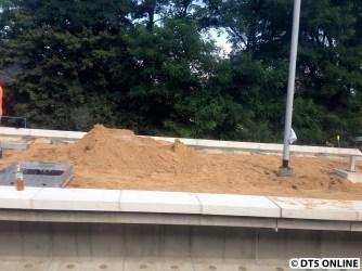 Ein Stück weiter ist nur noch der normale Sand zu sehen, hier kann wohl bald die Bahnsteigoberfläche errichtet werden.