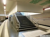 Eine Treppe, getreu der Sanierung des S-Bahn-Citytunnels inklusive Rauchschürze