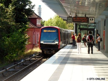 Hier erreicht der Zug die Haltestelle Trabrennbahn.