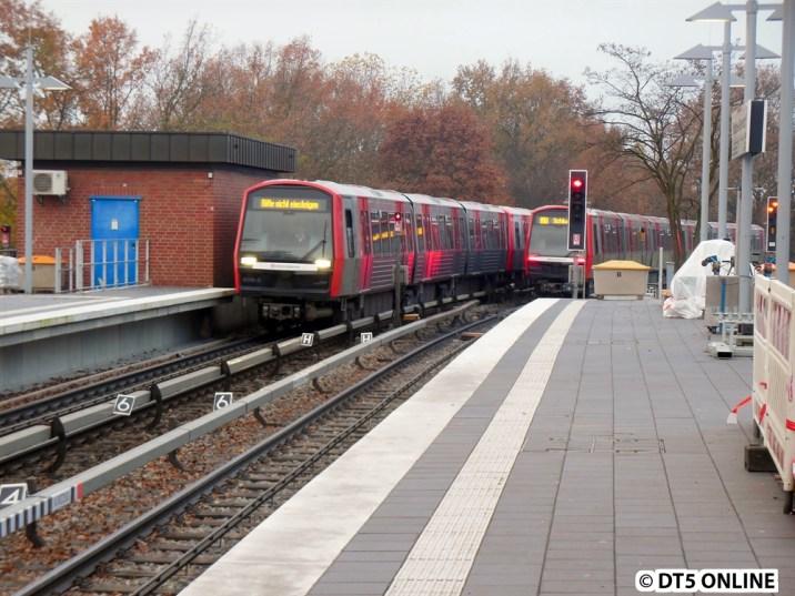 Nach knapp einer Minute fuhr der DT5 los, während ein weiterer eintraf. 309/321 erreicht die Haltestelle Wandsbek-Gartenstadt, 306/324 fährt nach Barmbek.