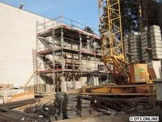 Die Dimensionen des neuen Zugangsbauwerks werden erkennbar. Außen kommt ein Aufzug an das Gebäude, um den oberen Eingang mit dem neuen Bahnhofsvorplatz zu verbinden.