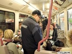 alle Fahrgäste zeigen eine Fahrkarte vor...