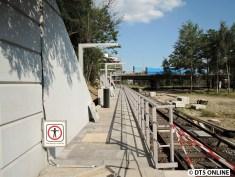 Noch ist hier das Durchgang-Verboten-Schild montiert. Davor aber noch eine Baustellen-Absperrung.