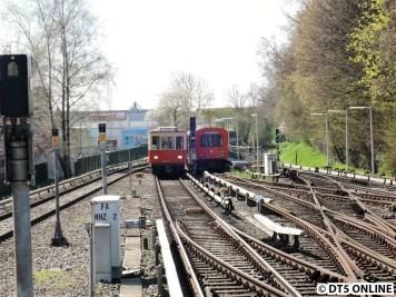Während einer der DT2-Verstärker auf Gleis 11 auf seinen nächsten Einsatz wartet kommen teilweise einige seltene Gäste vorbei. Hier der TU1...
