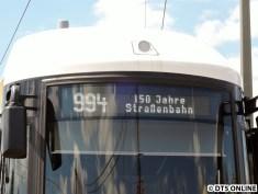 Inzwischen hat die Straßenbahn ihre Liniennummer geändert. Statt des Brandenburger Tors nun also die 994. Sie begegnete mir auch an einer Straßenbahn im Korso...