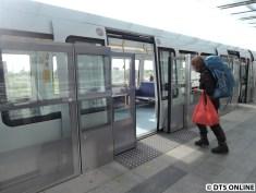 Türen im Zug gehen minimal früher auf als die Bahnsteigtüren